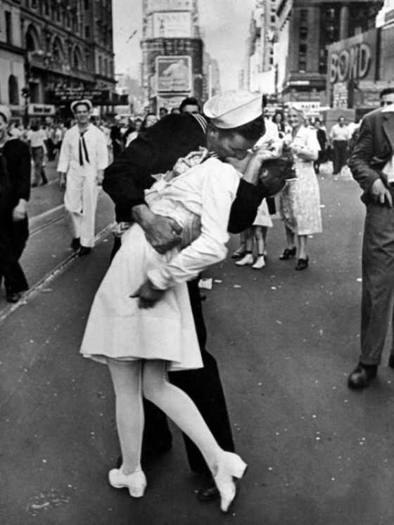 american-sailor-clutching-a-white-uniformed-nurse-in-a-passionate-kiss-in-times-square